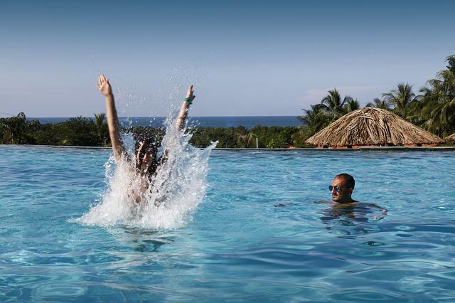 swimming-pool-765045_640