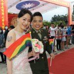 לראשונה - זוגות גאים השתתפו בחתונה צבאית המונית בטייוואן