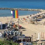 תא גאה כל השנה - דגל גאווה קבוע הונף בחוף הילטון ביום הבינלאומי לזכויות האדם