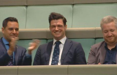 חבר הפרלמנט הציע לבן זוגו נישואים במהלך נאום בפרלמנט